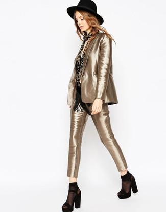Cómo combinar: traje dorado, top corto negro, sandalias de tacón de ante gruesas negras, sombrero de lana negro