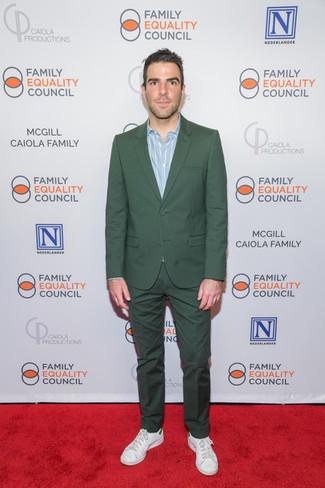Cómo combinar: traje verde oscuro, camisa de manga larga de rayas verticales celeste, tenis de cuero blancos