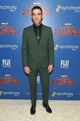 Cómo combinar: traje verde oscuro, camisa de vestir negra, botines chelsea de cuero negros, corbata verde oscuro