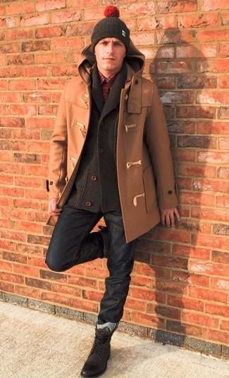 Cómo combinar: trenca marrón claro, cárdigan con cuello chal en marrón oscuro, camisa de manga larga de tartán roja, vaqueros azul marino