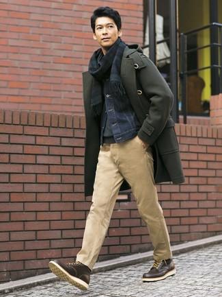Cómo combinar: trenca verde oliva, chaqueta vaquera azul marino, jersey de cuello alto en gris oscuro, pantalón chino marrón claro