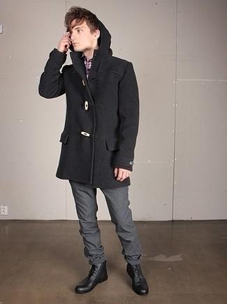 Cómo combinar: trenca en gris oscuro, camisa de manga larga de tartán en violeta, pantalón de vestir de lana gris, botas formales de cuero negras