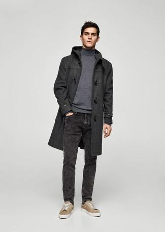 Cómo combinar: trenca en gris oscuro, jersey de cuello alto gris, vaqueros negros, tenis de ante marrón claro