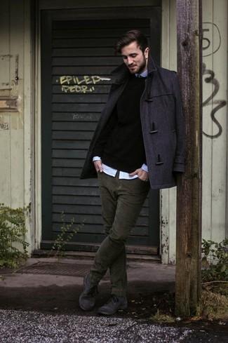Cómo combinar: trenca en gris oscuro, jersey con cuello circular negro, camisa de manga larga celeste, vaqueros de pana verde oliva
