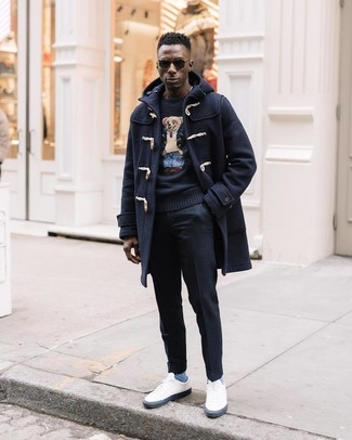Cómo combinar: trenca azul marino, jersey con cuello circular estampado negro, pantalón de vestir de lana negro, tenis blancos
