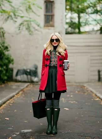 Cómo combinar: trenca roja, jersey de cuello alto negro, camisa de vestir de tartán verde oscuro, falda skater negra
