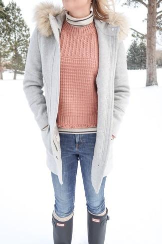 Cómo combinar: trenca gris, jersey de cuello alto de rayas horizontales en beige, jersey de ochos rosado, vaqueros pitillo azules
