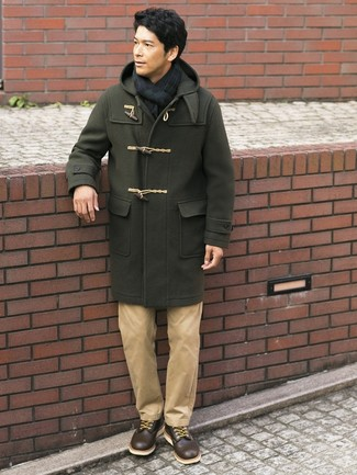 Cómo combinar: trenca verde oliva, pantalón chino marrón claro, botas casual de cuero en marrón oscuro, bufanda de tartán en azul marino y verde