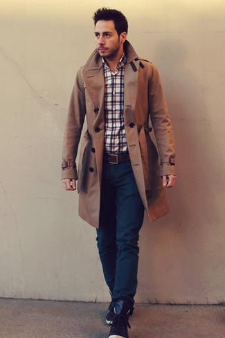 Perfectionne le look chic et décontracté avec un trench brun et un jean bleu marine. D'une humeur audacieuse? Complète ta tenue avec une paire de des baskets montantes en cuir marron foncé.