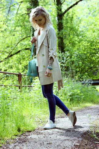 Associer un trench beige avec un jean skinny bleu marine est une option confortable pour faire des courses en ville. Une paire de des baskets basses en toile blanches apportera un joli contraste avec le reste du look.