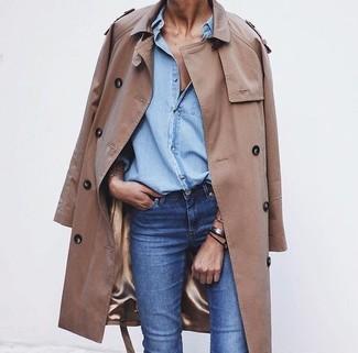 Tenue: Trench marron clair, Chemise en jean bleu clair, Jean bleu