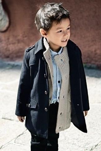 Tenue: Trench noir, Cardigan gris, Chemise à manches longues bleu clair, Jean noir