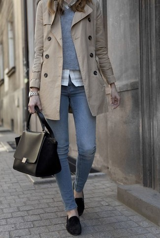Tenue: Trench beige, Pull à col en v gris, Chemise de ville blanche, Jean bleu