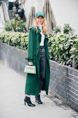 Opte pour un trench vert avec un jean gris foncé pour affronter sans effort les défis que la journée te réserve. Termine ce look avec une paire de des bottines en cuir noires.
