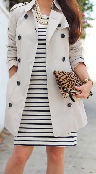 Tenue: Trench beige, Robe fourreau à rayures horizontales noire et blanche, Pochette en daim imprimée léopard marron, Collier de perles blanc