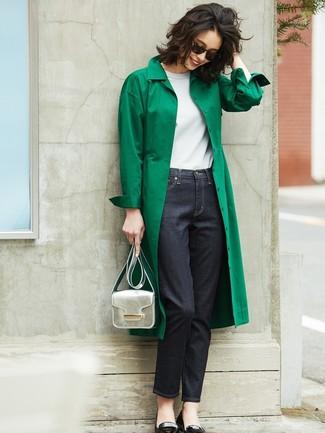 Un trench vert et un jean bleu marine sont un choix de tenue idéale à avoir dans ton arsenal. Mélange les styles en portant une paire de des ballerines en cuir noires.