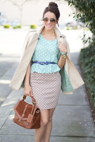 Un trench beige et une jupe crayon á pois beige sont appropriés à la fois pour les événements chic et décontractés et une tenue de tous les jours.