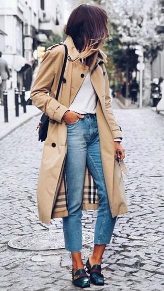 Tenue: Trench marron clair, T-shirt à manche longue blanc, Jean bleu clair, Slippers en cuir noirs