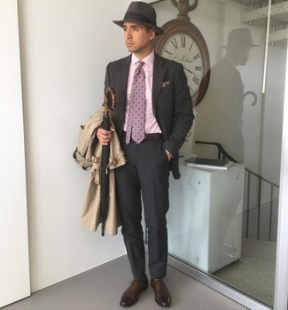 Hat Outfits For Men: A tan trenchcoat and a hat are a smart ensemble to keep in your day-to-day styling rotation. Complement this look with dark brown leather oxford shoes for a dash of sophistication.