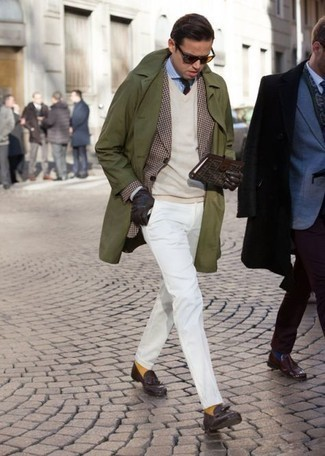 Mustard Socks Outfits For Men: An olive trenchcoat and mustard socks are the perfect way to introduce effortless cool into your day-to-day casual wardrobe. If you feel like dressing up a bit, add dark brown leather tassel loafers to the equation.