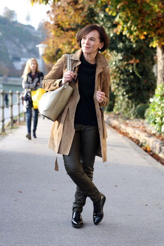 Black Leather Loafers Outfits For Women After 50: For a classic and casual getup, opt for a tan suede trenchcoat and black leather skinny pants — these pieces play beautifully together. This ensemble is finished off really well with a pair of black leather loafers.