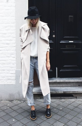 Hat Outfits For Women: A grey trenchcoat and a hat are great must-haves to incorporate into your day-to-day casual lineup. A pair of black leather oxford shoes instantly amps up the glamour factor of any look.