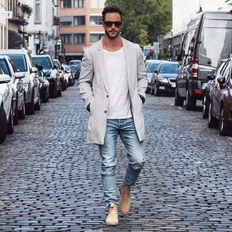 A grey trench and light blue jeans are a nice combination that will earn you the proper amount of attention. Dress up your getup with tan suede chelsea boots.