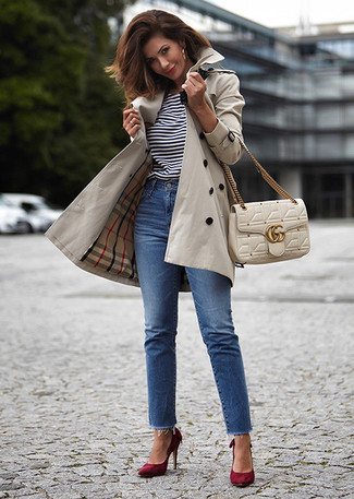 How to wear: beige trenchcoat, white and black horizontal striped crew-neck t-shirt, blue jeans, burgundy suede pumps