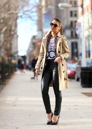 How to wear: tan trenchcoat, white and black print crew-neck t-shirt, black leather skinny pants, black leather pumps