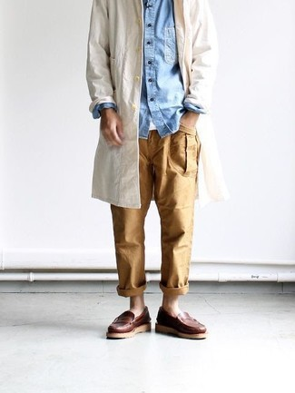 Make a cream trench and tan pants your outfit choice to look classy but not particularly formal. This outfit is complemented perfectly with brown leather loafers.
