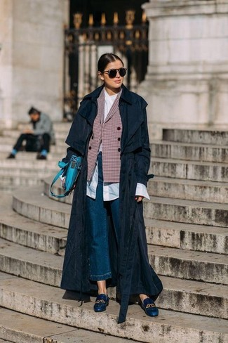 Navy Denim Culottes Fall Outfits: Teaming a black trenchcoat and navy denim culottes will allow you to show your expert styling even on lazy days. And if you wish to immediately up the style ante of this outfit with one single piece, why not introduce a pair of navy leather loafers to the equation? This one is is a nice idea when it comes to putting together a cool outfit for in-between weather.