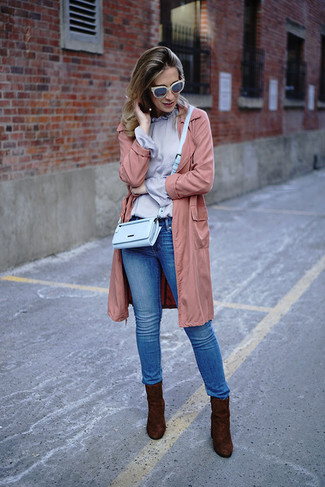How to wear: pink lightweight trenchcoat, light violet long sleeve blouse, blue skinny jeans, dark brown suede ankle boots