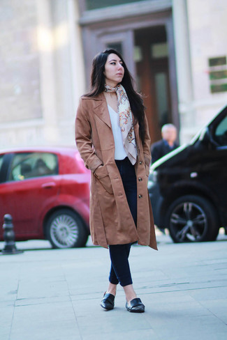 How to wear: brown trenchcoat, white short sleeve blouse, navy skinny jeans, black leather loafers