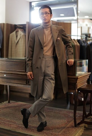 How to Wear a Turtleneck For Men: This is undeniable proof that a turtleneck and grey dress pants are awesome when worn together in an elegant getup for a modern guy. This outfit is finished off wonderfully with a pair of black velvet loafers.