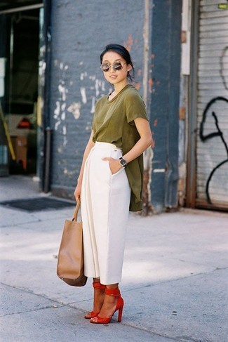 Wear an olive green tunic with white culottes to effortlessly deal with whatever this day throws at you. Add red leather heeled sandals to your look for an instant style upgrade.