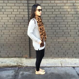Este combo de una túnica de lana gris y unos leggings negros te permitirá mantener un estilo cuando no estés trabajando limpio y simple. Completa el look con bailarinas de cuero marrón claro.