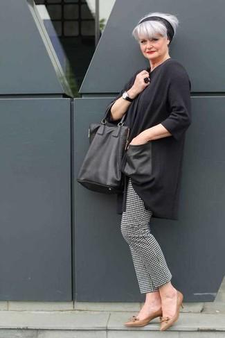 Cómo combinar: túnica en gris oscuro, pantalones pitillo de pata de gallo en negro y blanco, zapatos de tacón de cuero marrónes, bolsa tote de cuero negra