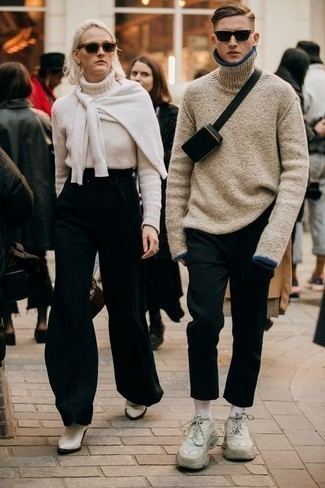 Black Leather Fanny Pack Outfits For Men: If you're a jeans-and-a-tee kind of dresser, you'll like this pared down but casually cool pairing of a beige wool turtleneck and a black leather fanny pack. Complement your outfit with a pair of beige athletic shoes and off you go looking killer.