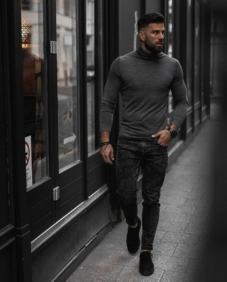 How to Wear a Black Watch For Men: A grey turtleneck and a black watch matched together are a sartorial dream for those dressers who love laid-back and cool ensembles. Black canvas low top sneakers will effortlessly dress up even the most basic look.
