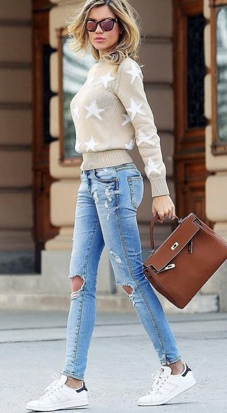 How to wear: beige star print turtleneck, light blue ripped skinny jeans, white leather low top sneakers, brown leather satchel bag
