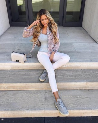 If you're all about feeling relaxed when it comes to dressing up, this combination of a grey tank and white skinny jeans is what you need. Grey canvas low top sneakers look amazing here. When spring is here, you'll love this ensemble as your uniform for transeasonal weather.