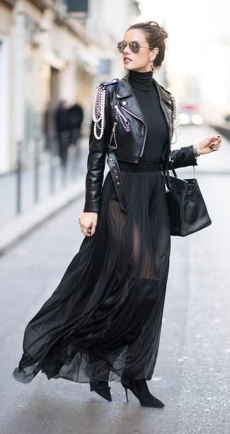 Cómo combinar una falda larga de gasa negra con una chaqueta motera negra 768dc094ad986