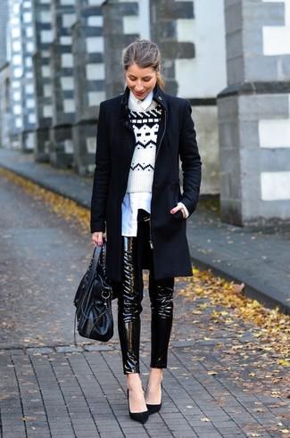 Cómo combinar  Camisa de vestir blanca Jersey con cuello circular de grecas  alpinos en blanco y negro Abrigo negro Pantalones pitillo de cuero negros  Bolso ... 42344d89fe68