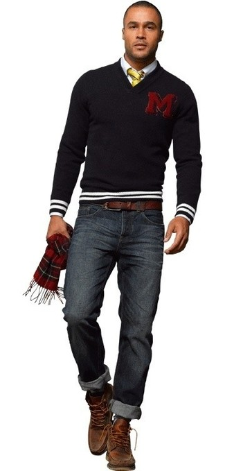 For an outfit that provides comfort and fashion, rock a black v-neck sweater with navy jeans. Make brown leather casual boots your footwear choice to show your sartorial savvy. So if you're looking for an easy-to-transition look, this one fits the bill.