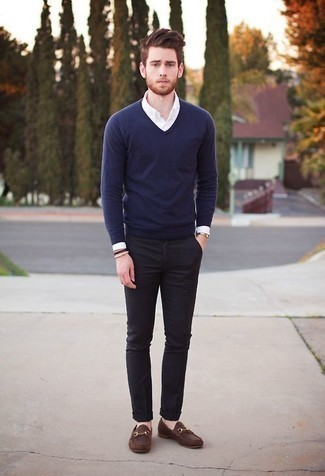 How to Wear a Gold Watch For Men: This is hard proof that a navy v-neck sweater and a gold watch look awesome when worn together in a relaxed outfit. And if you want to immediately elevate your outfit with one single item, why not introduce a pair of brown leather loafers to the mix?