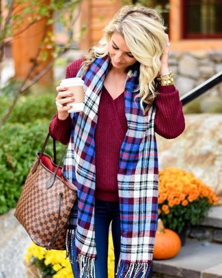 How to wear: burgundy v-neck sweater, blue skinny jeans, brown check leather tote bag, blue plaid scarf