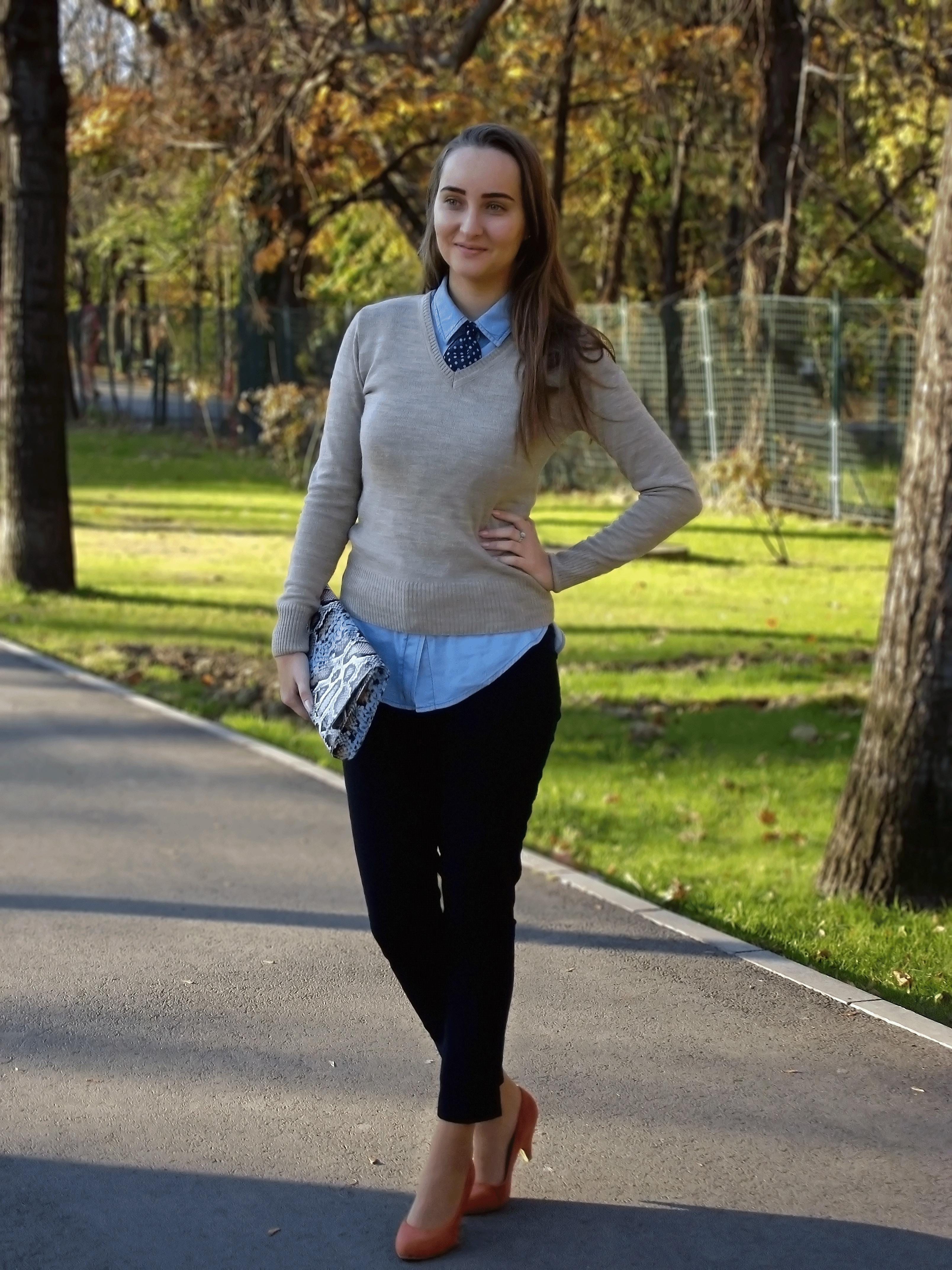 Model Women39s Navy Blazer Grey Vneck Tshirt Blue Skinny Jeans Burgundy