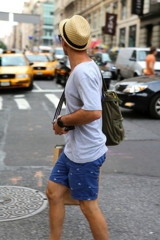 How to wear: grey v-neck t-shirt, blue print shorts, olive canvas tote bag, tan straw hat