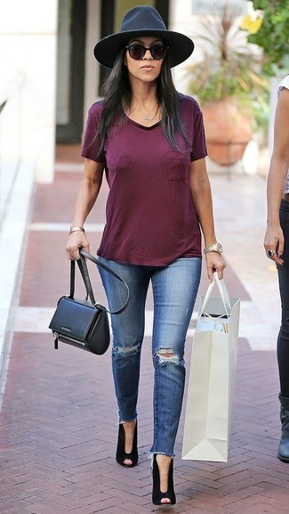 How to wear: burgundy v-neck t-shirt, blue ripped skinny jeans, black cutout suede ankle boots, black leather crossbody bag
