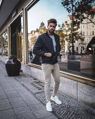 Cable Sweater Outfits For Men: A cable sweater and beige skinny jeans are a great outfit to add to your daily casual wardrobe. A good pair of white leather low top sneakers pulls this look together.